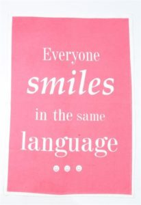 "Astiapyyhe tekstillä ""Everyone smiles in the same language"""