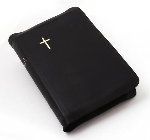 Keskikokoinen nahkakantinen Raamattu, musta (vetoketju, reunahakemisto, kultasyrjä)