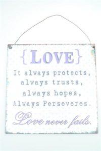 """Metallinen sisustuskyltti """"Love never fails"""""""