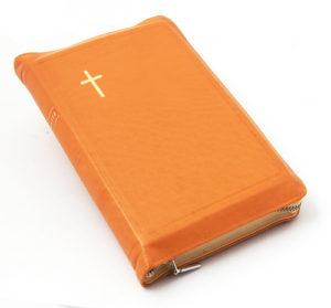 Keskikokoinen nahkakantinen Raamattu, oranssinkeltainen (vetoketju, reunahakemisto)