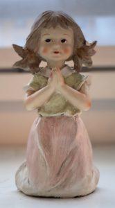 Rukoileva tyttö-patsas